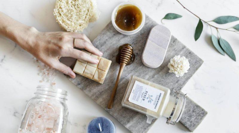 Una rutina de belleza con productos naturales
